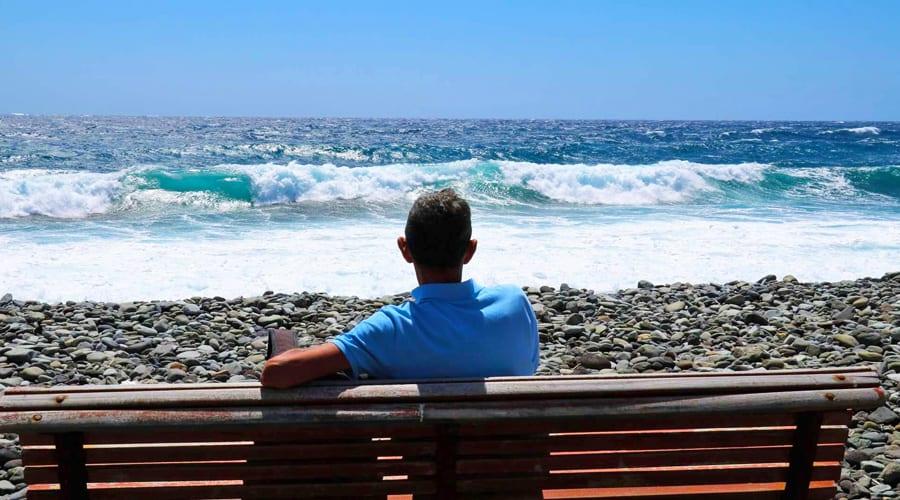 kurs surfingu Teneryfa - turysta podziwia ocean