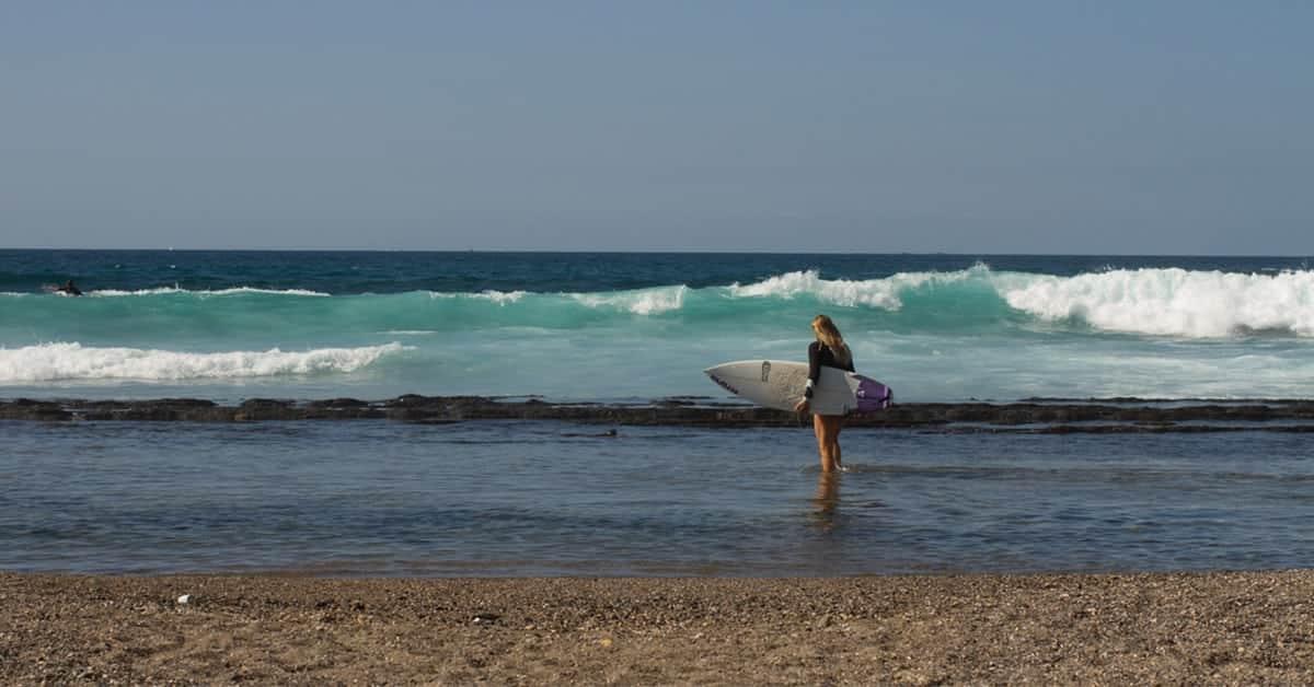 Surferka na Teneryfie- Las Americas